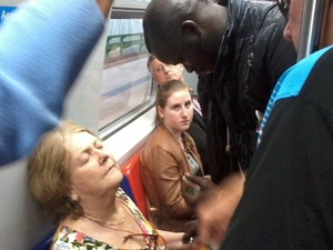 Senegalês presta socorro para passageira do trem (Foto: Ulisses da Motta Costa/Arquivo Pessoal)