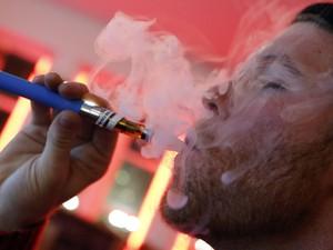 Jovem fuma cigarro eletrônico em Nova York  (Foto: Reuters/Mike Segar/Arquivo)