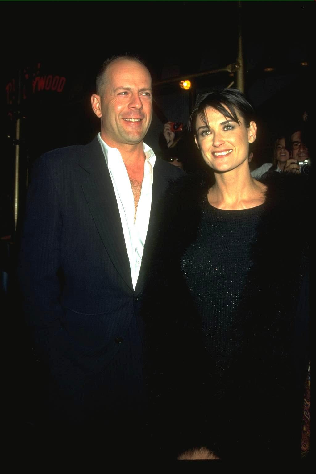 """Embora tenham se divorciado em 2000, os atores ainda moram muito próximos: eles são vizinhos e ajudam em conjunto seus filhos. Willis disse ao British TV, """"Eu amo Demi, ainda somos amigos. Desejo a ela o melhor e muita felicidade"""". (Foto: Getty Images)"""