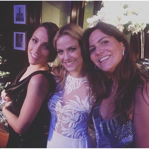 Luiza Valdetaro com amigas em sua festa de casamento na Zona Sul do Rio (Foto: Instagram/ Reprodução)