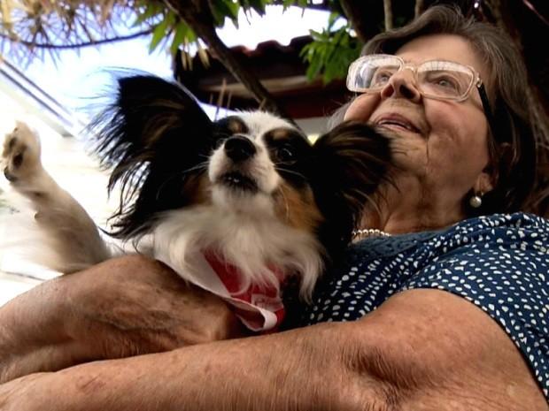Idosa se diverte com cachorro em casa de repouso em Valinhos, SP (Foto: Reprodução / EPTV)