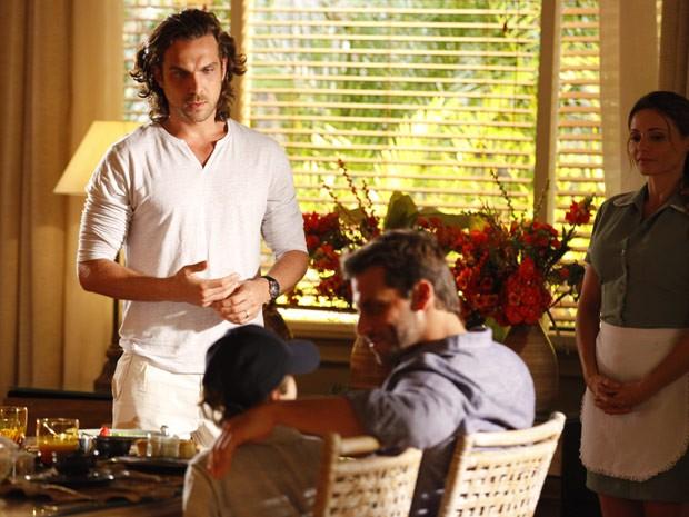 Alberto fixa chocado ao dar de cara com Alberto na mesa de café da manhã (Foto: Flor do Caribe/ TV Globo)