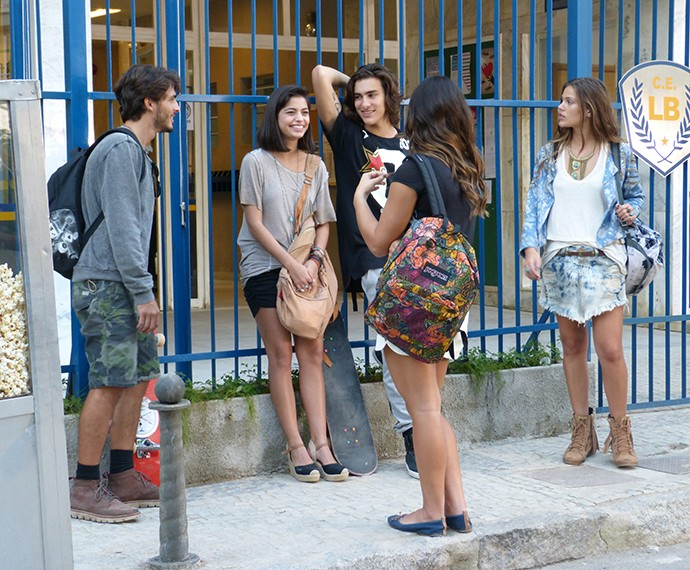 Turma do Leal Brazil conversa em frente ao colégio (Foto: Juliana Freitas/Gshow)
