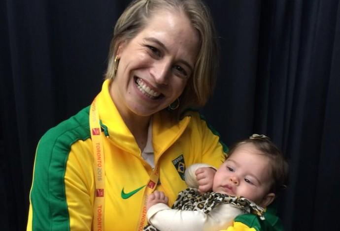 Camila Ferezin, técnica da ginástica rítmica, com a filha no colo (Foto: Divulgação)
