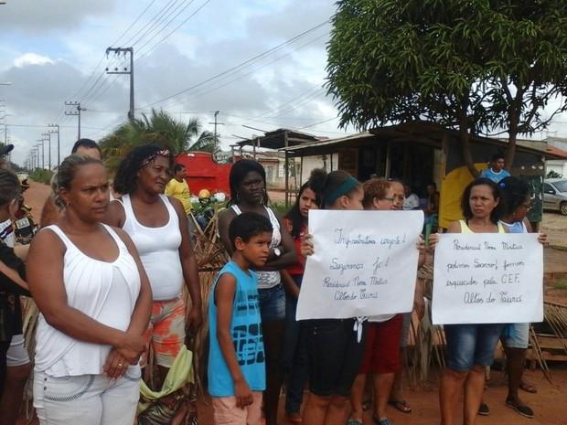 Em protesto, moradores interditam Estrada Nossa Senhora da Vitória (Foto: Alessandra Rodrigues/Mirante AM)
