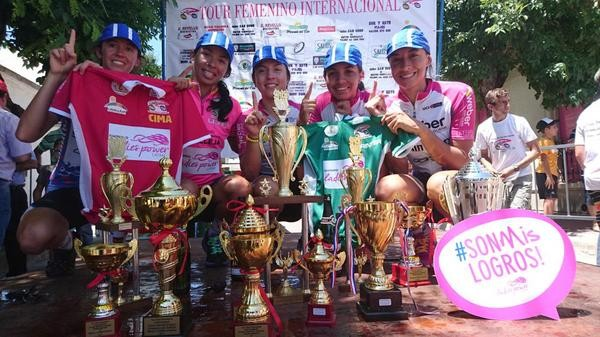 Ladies Power exibem os troféus conquistados no Uruguai