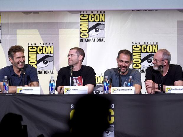 Apresentação de 'Game of Thrones' na Comic-Con International: San Diego 2016 (a partir da esquerda): os roteiristas e produtores David Benioff e D.B. Weiss, o diretor Miguel Sapochnik e o ator Liam Cunningham (Foto: Kevin Winter/Getty Images/AFP )