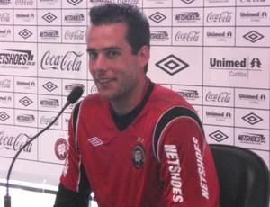 Vinícius, goleiro do Atlético-PR, no CT do Caju (Foto: Fernando Freire/GLOBOESPORTE.COM)