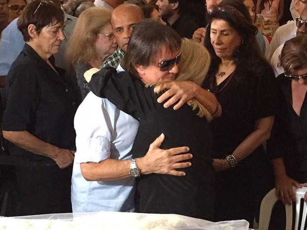 Roberto Carlos abraça Anita, viúva de Miele (Foto: Fernanda Rouvenat/G1)