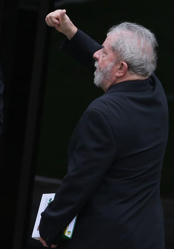 O ex-presidente Lula na saída do encontro com senadores em Brasília (Foto: AP Photo/Eraldo Peres)