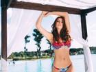 Amanda Gontijo posa para ensaio de moda praia e mostra barriga sequinha