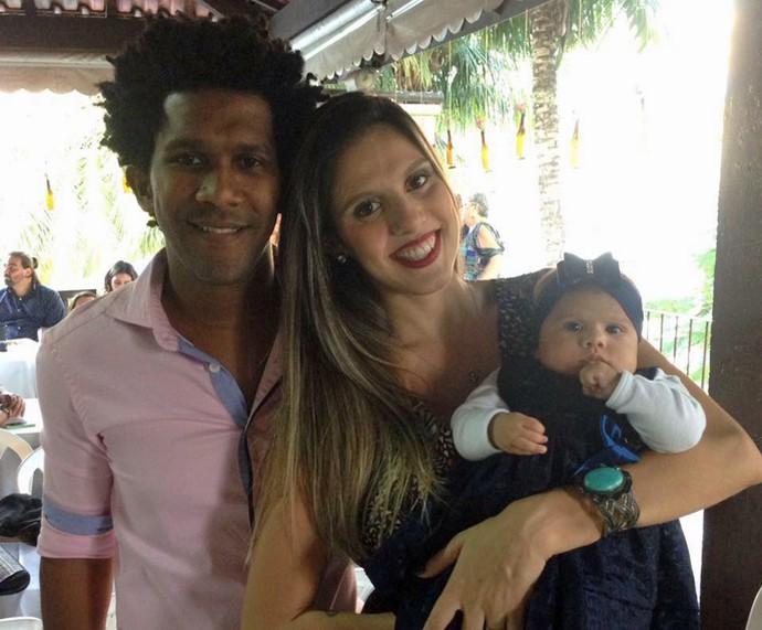 Momento família! André ao lado de Bárbara e a filhota Beatriz (Foto: Arquivo Pessoal)