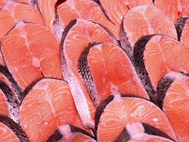 Como o salmão é 'tingido' de cor-de-rosa no cativeiro (Foto: Reprodução/BBC)