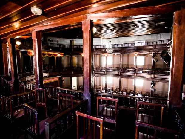 Sentadas, o teatro comporta 300 pessoas  (Foto: Jonathan Lins/G1)