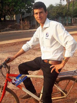 Ele usou bicicleta para percorrer casas de eleitores durante a campanha (Foto: Joabe de Almeida/ Arquivo pessoal)