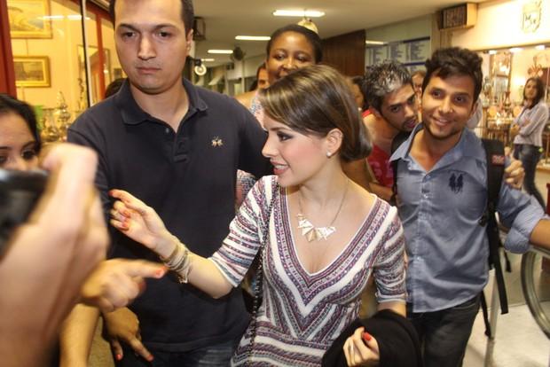 Sandy causa tumulto ao chegar em teatro (Foto: Fábio Martins/Agnews)