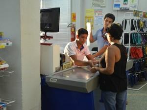 Gilvan Moreira de Souza, operador de caixa, em Cacoal, RO (Foto: Magda Oliveira/G1)