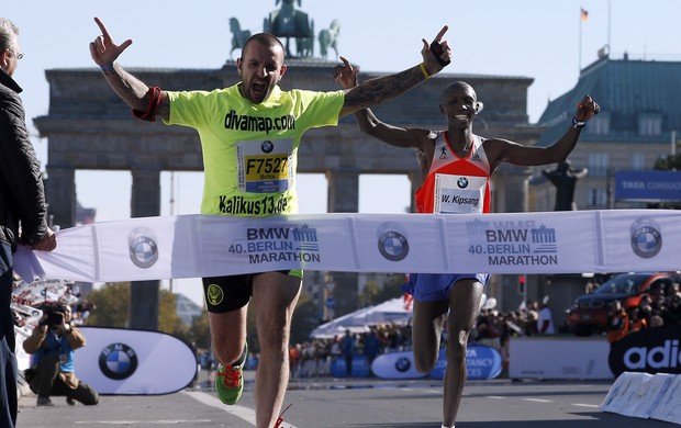 Wilson Kipsang quase é atrapalhado por homem durante Maratona de Berlim (Foto: The Associated Press)