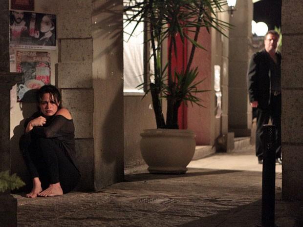 Morena se esconde e não é vista por Russo (Foto: Salve Jorge/TV Globo)