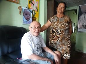 Mestre Dila ao lado da esposa, Valdecila Soares (Foto: Joalline Nascimento/ G1)
