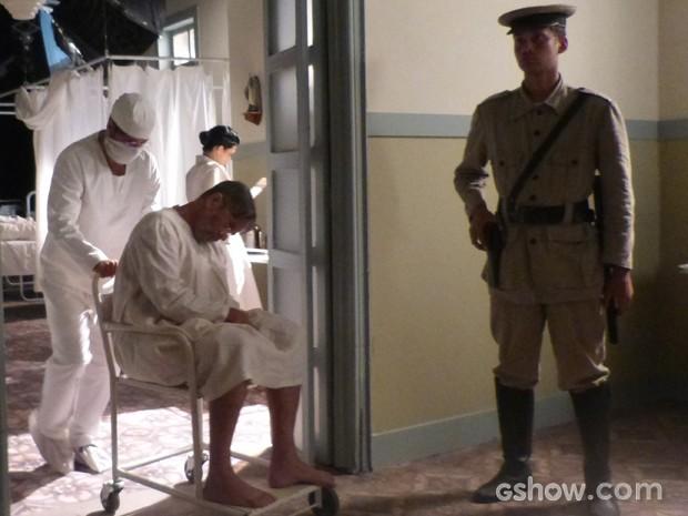 Franz consegue despistar polícia disfarçado de médico (Foto: Joia Rara/TV Globo)