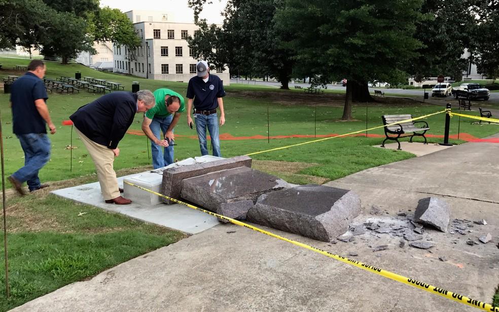 Funcionários do gabinete da Secretaria de Estado avaliam danos após o ataque ao monumento perto do Capitólio de Arkansas, em Little Rock, na quarta (28) (Foto: AP Photo/Jill Zeman Bleed)