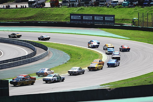 Pelotão dos Opalas rumo a reta opsta de Interlagos na largada da corrida 1 (Foto: Vanderley Soares/TimeSport)