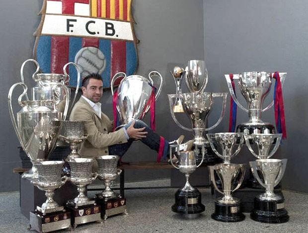 Xavi posa com alguns de seus trofeus (Foto: Reprodução / Jornal Mundo Deportivo)