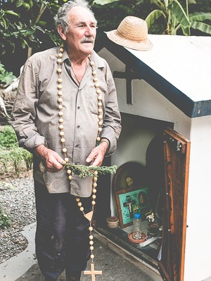 Além de agricultor e criador de animais, Antônio Príncipe é benzedeiro (Foto: Pedro Nogueira)