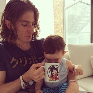 Filipe Luis com o filho (Foto: Reprodução )