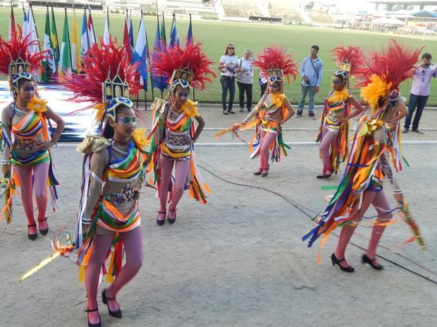 Apresentação de alunos de escolas municipais e estaduais marcaram o desfile (Foto: Karina Dantas/G1)