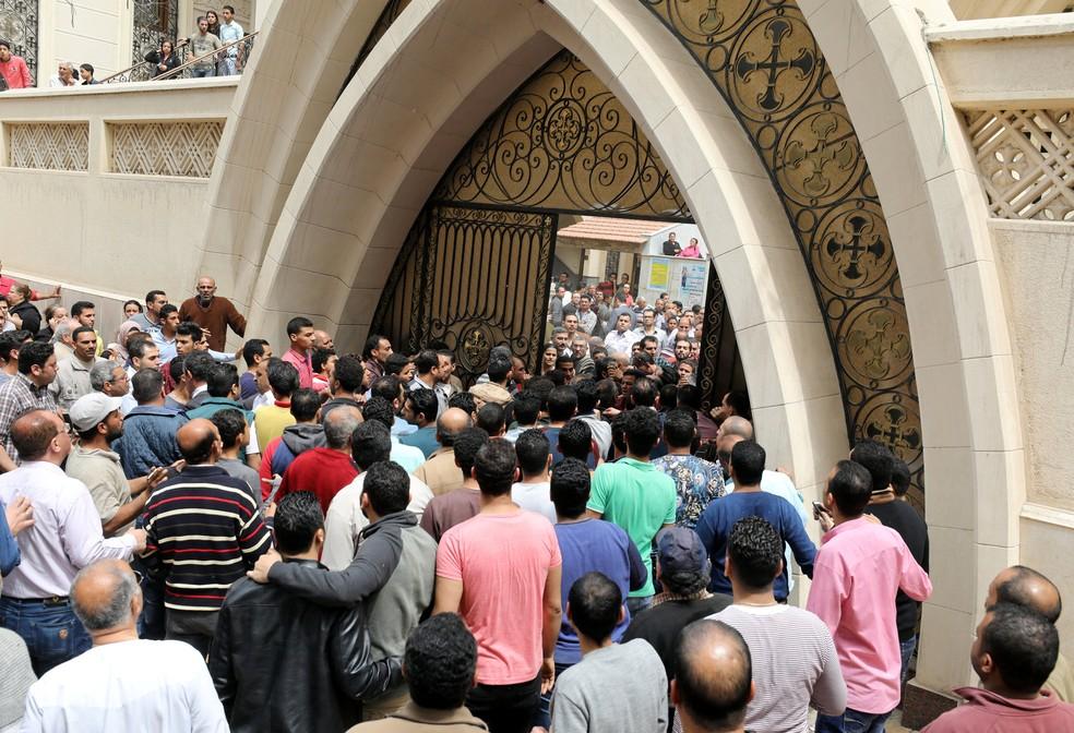 Pessoas se reúnem em frente a igreja alvo de ataque em Tanta, no Egito (Foto: Mohamed Abd El Ghany/Reuters)