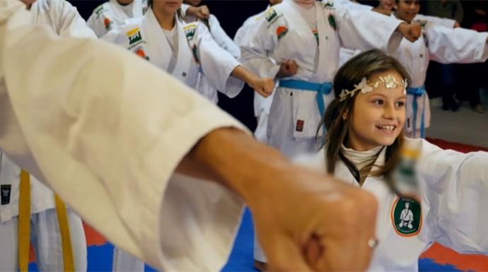 """Rafa Gomes fez aula de karatê com a garotada de um dos projetos e até criou uma versão """"karateca"""" para a música """"A História de Uma Gata"""" (Foto: Reprodução/RPC)"""