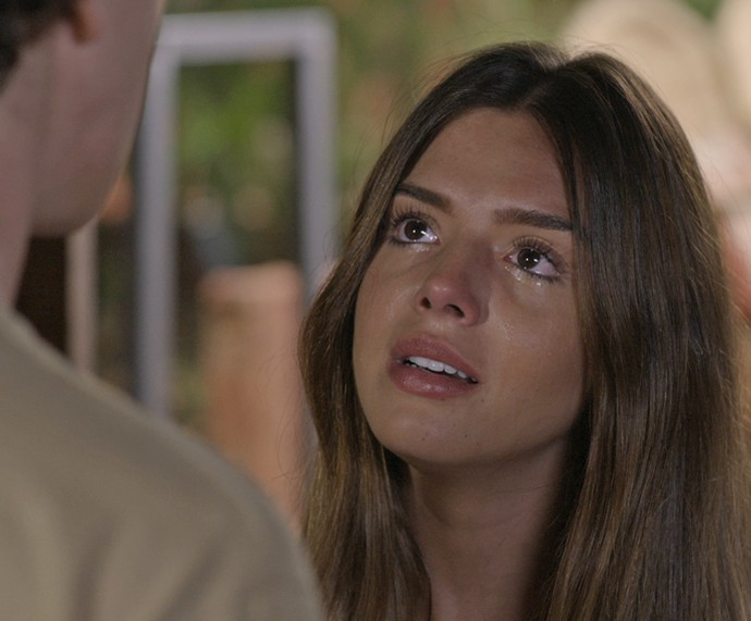 Toda chorosa, Luana vai de mala e cuia para o hostel e dá de cara com Cesário, que tenta consolá-la (Foto: TV Globo)