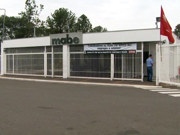Funcionários deixa portaria da Mabe em Campinas (Foto: Reprodução EPTV)