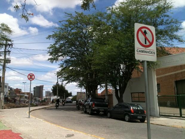 Placas fixadas na via de acesso ao Pátio de Eventos de Caruaru. (Foto: Geraldo Pereira/ VC no G1)
