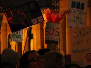 Protesto Porto Alegre tocha (Foto: Eduardo Deconto/GloboEsporte.com)