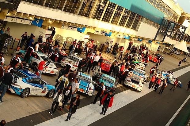 A muvuca de chegada aos boxes depois de encerrada a corrida da Porsche Cup (Foto: Divulgação/Luca Bassani)