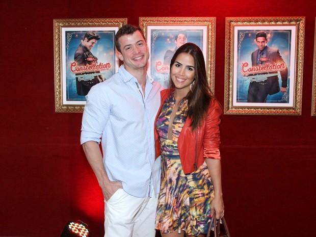 Pérola Faria e o namorado, Vinicio Alba, em pré-estreia de musical na Zona Sul do Rio (Foto: Alex Palarea/ Ag. News)