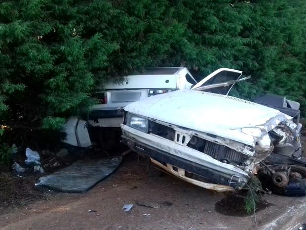 Com impacto da batida, carro onde estavam os dois jovens partiu ao meio (Foto: Ana Pricila Borbade/Arquivo Pessoal)