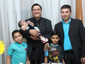 Luciano e Robson adotaram três crianças, dois deles são irmãos (Foto: Paulo Valderramas/ Fotografia e Vídeo Produções)