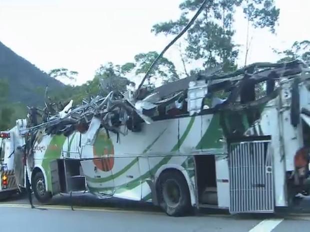 Ônibus que levava estudantes ficou completamente destruído; 16 morreram (Foto: Reprodução / TV Tribuna)