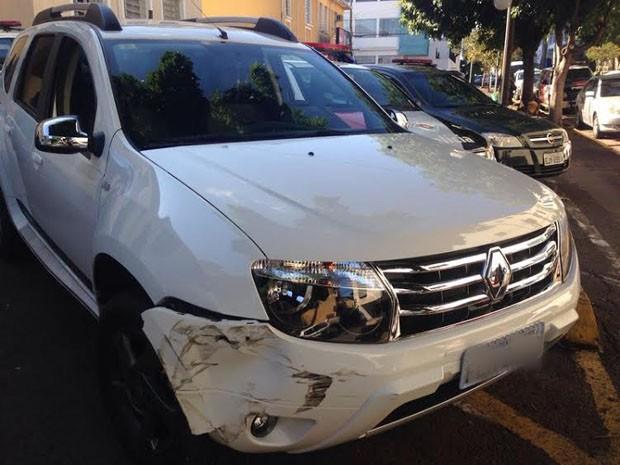 Bandidos bateram o veículo da família no momento da fuga, segundo a PM (Foto: Carolina Mescoloti/G1)