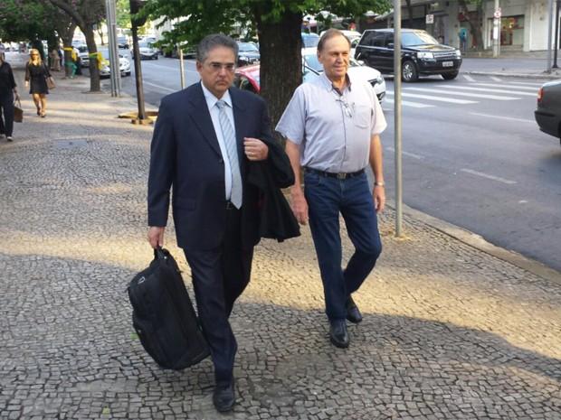 À direita, o fazendeiro Antério Mânica chega ao julgamento acompanhado do advogado Marcelo Leonardo (Foto: Pedro Ângelo / G1)