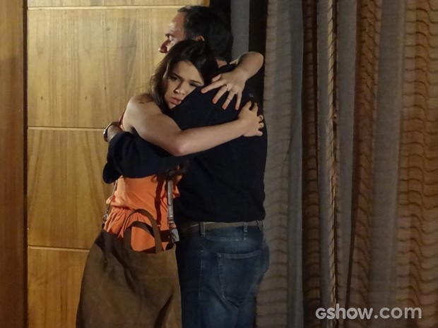 Luiza visita o pai e eles se abraçam (Foto: Em Família / TV Globo)
