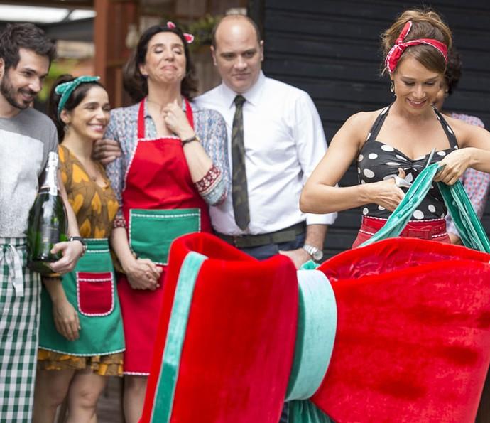 Mas quando Tancinah está prestes a cortar o laço e inaugurar oficialmente a sua Cantina... (Foto: Ellen Soares/Gshow)