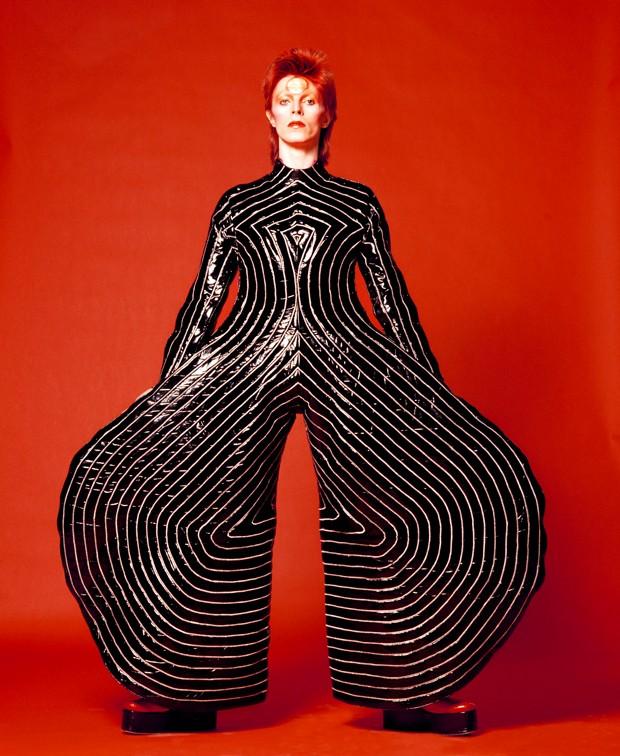 David Bowie usando um dos quimonos futuristas de Kansai Yamamoto (Foto: Reprodução/vam.ac.uk)