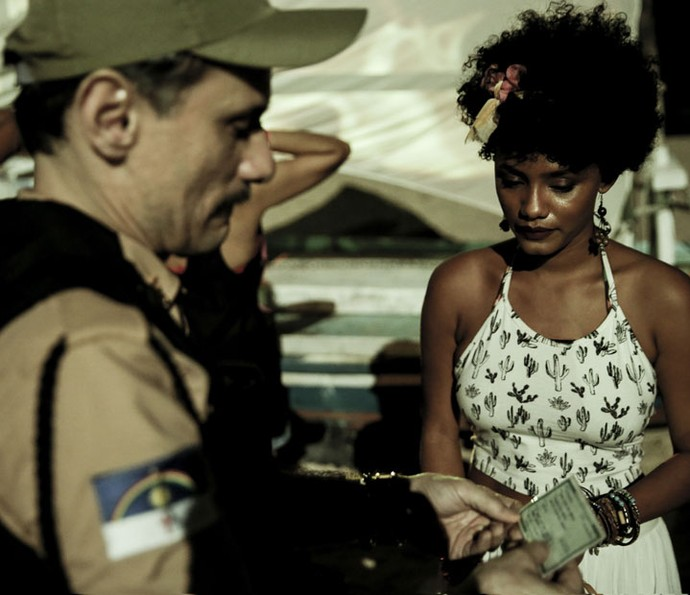 Douglas vê que a menina fez 18 anos na virada do evento (Foto: Gabriel Nascimento/Gshow)