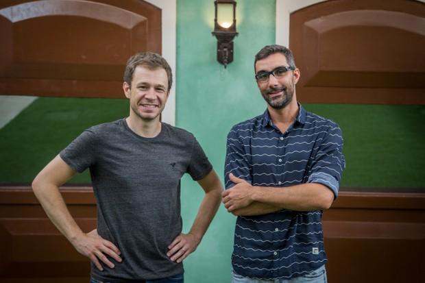 Tiago Leifert com o diretor-geral do BBB, Rodrigo Dourado (Foto: Globo/Paulo Belote)