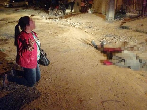 Mãe lamentou morte de filho, que morreu baleado, em Teixeira de Freitas (Foto: Uinderlei Guimarães/ SulBahiaNews)